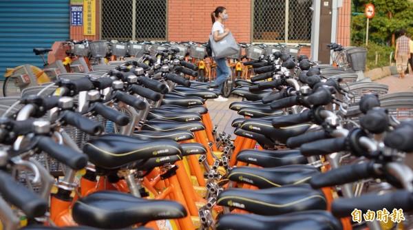 同樣在三重的興華公園租借站,則是停放了大批單車,未能及時調度到缺車的租借站。(記者劉信德攝)