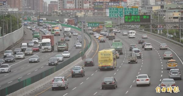 交通部公布中秋連假疏運計畫,確定今年秋節連假期間國道夜間免收費。(資料照,記者黃志源攝)