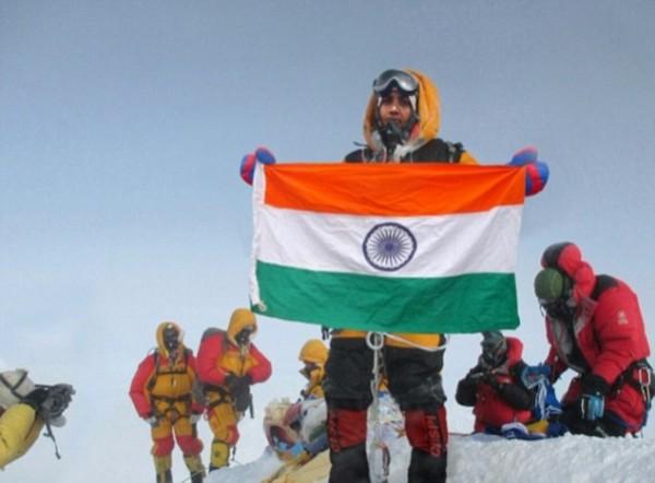 印度一夫婦合成照片謊稱攻頂聖母峰,被尼泊爾禁止登山10年。(圖擷自DailyMail)