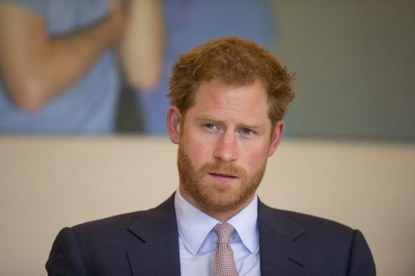 英國皇室哈利王子(Prince Henry ),在非洲和其他人一起救了身長13英呎(約4公尺)的大鱷魚。(美聯社)
