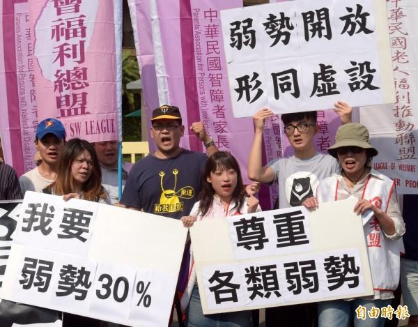 回應民團要求,行政會通過弱勢族群住社會住宅比例為 30%。(資料照,記者黃耀徵攝)