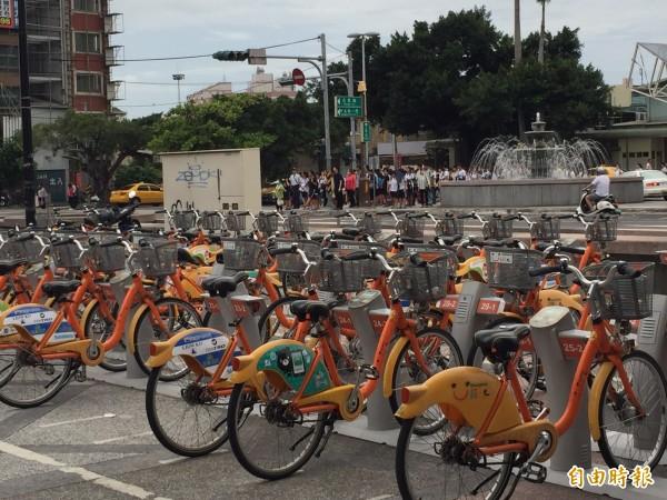 彰化火車站前大批學生族、上班族隔街等候綠燈,準備搶YouBike騎乘。(記者湯世名攝)