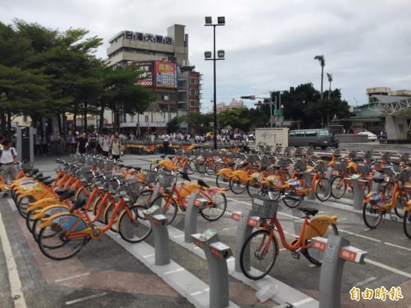 彰化火車站前廣場大批學生族、上班族奔跑搶YouBike騎乘。(記者湯世名攝)