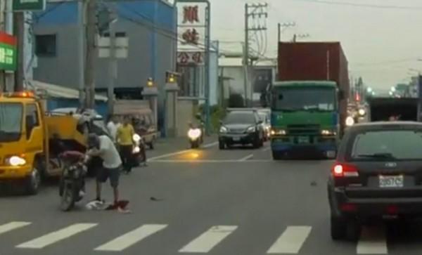 陳姓男子涉嫌闖紅燈撞車肇事後,立即騎機車離開現場。(記者湯世名翻攝)