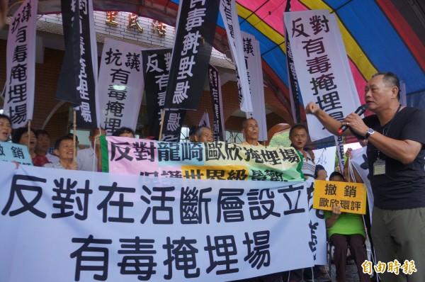 反對設立掩埋場,居民高舉抗議布條。(記者林孟婷攝)