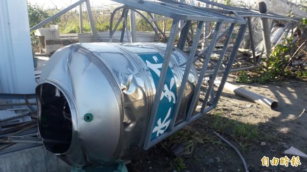 尼伯特風災造成許多台東家戶鐵門、水塔等各種受損,台東縣府運用善款加碼補助。(記者黃明堂攝)