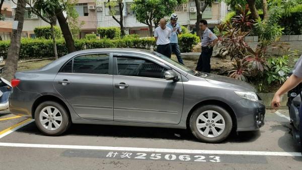 50歲楊姓男子涉嫌偷自小客車代步,並把車子開到鬧區巷道藏匿,避免被警方或被害人尋獲,警方宣佈破案。(記者黃良傑翻攝)