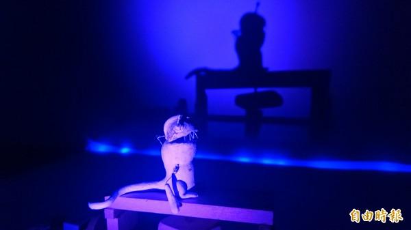 用燈光投射小怪獸製作影像。(記者楊金城攝)