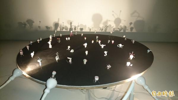 燈光、影像和小妖怪們構成一個鬼故事劇場。(記者楊金城攝)