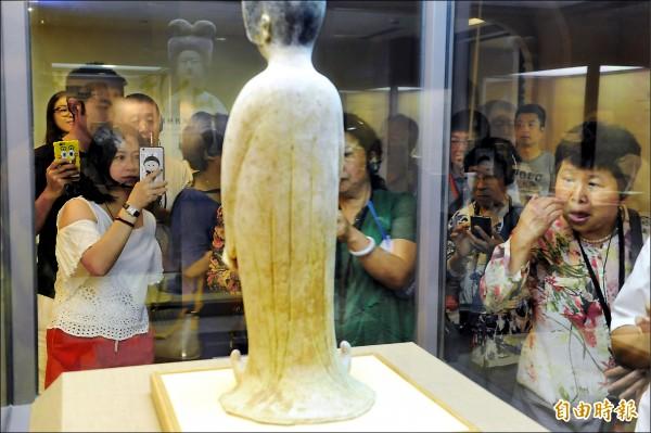 故宮昨起試辦展場內有條件開放拍照、攝影,吸引大批遊客前往觀賞拍照。(記者趙世勳攝)