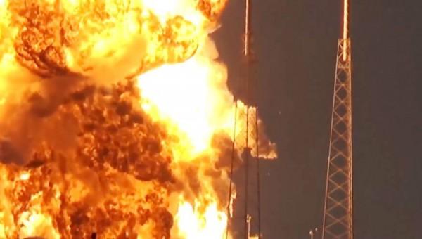 「太空探索科技公司」(Space X)試射無人火箭「獵鷹9號」(Falcon9)發生爆炸,運載臉書通信衛星Facebook Amos-6亦被炸毀。(圖擷自網路)