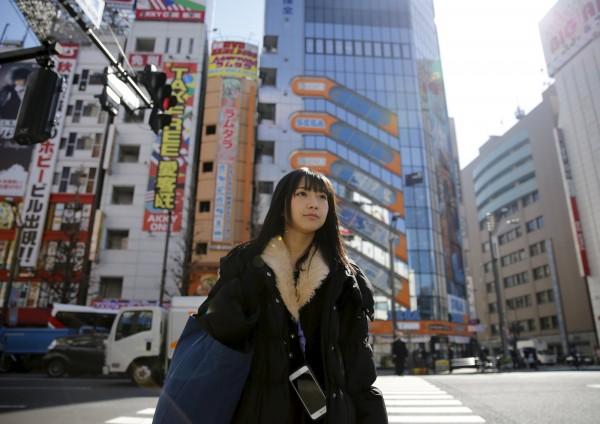 日本媒體舉行「醜女最多的都市」票選,東京以10.3%的票數獲得這項不名譽的冠軍。其實東京人數眾多,美女多自然不漂亮的人也多。圖為東京街頭的女孩。(路透)