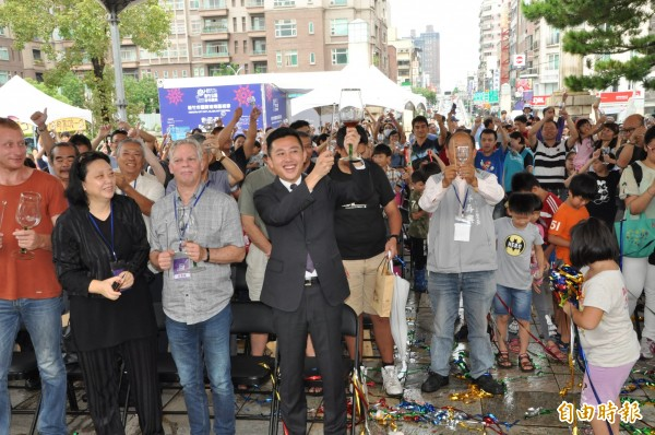 今天開幕式由市長林智堅主持,和與會來賓一同舉杯歡慶新竹公園百歲生日。(記者王駿杰攝)