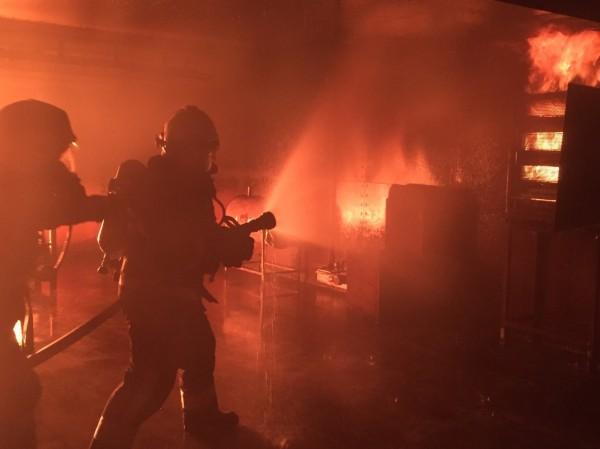 新竹市消防局於今年8月27、28日、9月3、4日在教育訓練基地辦理義消模擬火場救災進階訓練。(記者王駿杰翻攝)