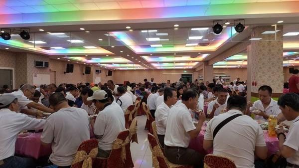 軍公教團體不滿新政府推動年金改革,於今日舉行「反污名、要尊嚴」大遊行,不過有PTT網友爆料,中午一批要參加活動的民眾湧進餐廳席開好幾桌。(圖擷自PTT)