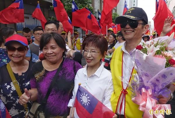 國民黨主席洪秀柱現身遊行現場力挺。(記者方賓照攝)