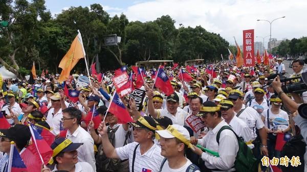 軍公教團體今日舉行九三大遊行,過程中出現各種教戰守則。(記者方賓照攝)