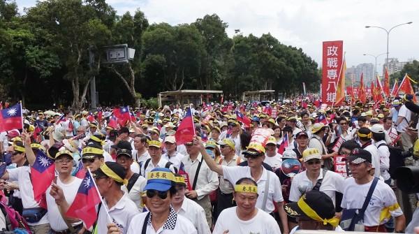軍公教「反污名、要尊嚴」大遊行,仍有不少人困惑遊行訴求。(記者方賓照攝)