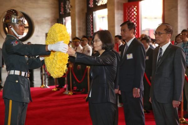 總統蔡英文今天上午於台北市圓山國民革命忠烈祠主持上任以來第一次「秋祭典禮」。(中央社)