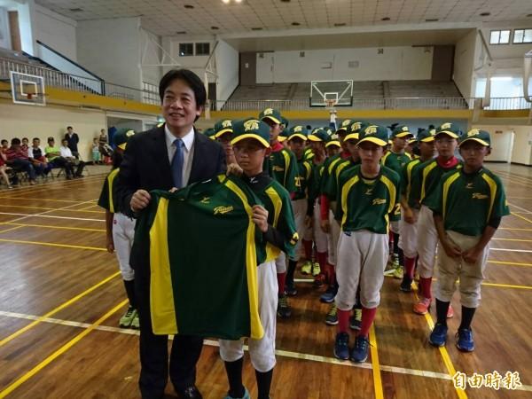 台南市長賴清德自小熱愛棒球,自我調侃當不成球員,才立志當醫生。(記者洪瑞琴攝)