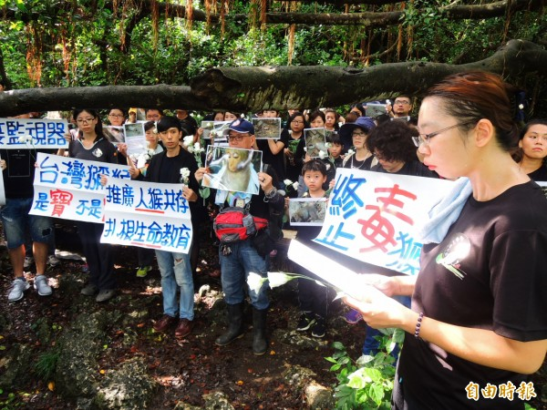 「台灣獼猴吱吱黨」發言人林美美(右)悼念罹難的獼猴。(記者葛祐豪攝)