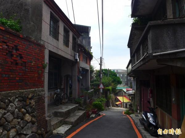淡水區重建街是地方上的老街。(記者李雅雯攝)