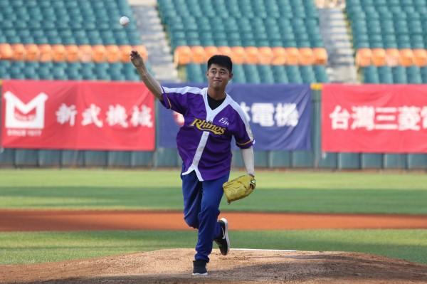 八仙樂園塵燃意外傷友、前桃園農工棒球隊長陳麒晉獲邀成為開球嘉賓,身著壓力衣的他,站上新莊棒球場,使出力氣投出球。(陽光基金會提供)