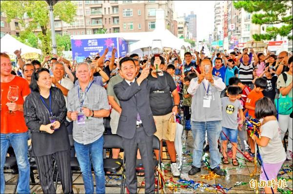 新竹市國際玻璃藝術節開幕,市長林智堅、來賓和 民眾一起舉杯奏樂喝采,歡慶新竹公園百歲生日。(記者王駿杰攝)