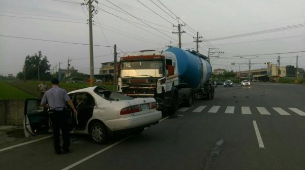 二崙鄉今清晨發生大貨車撞上自小客車,張姓女駕駛有性命之虞。(民眾提供)
