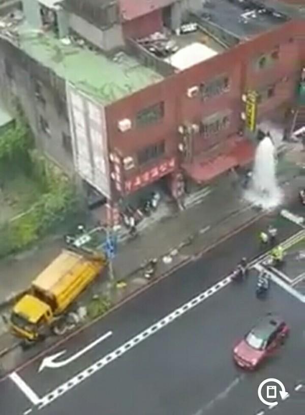 垃圾車撞斷路旁消防栓。(記者余衡翻攝自臉書爆料公社)