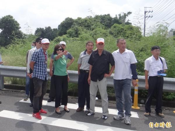 針對新化區新開通外環道的交通安全,立委葉宜津與相關單位人員前往現場會勘。(記者林孟婷攝)