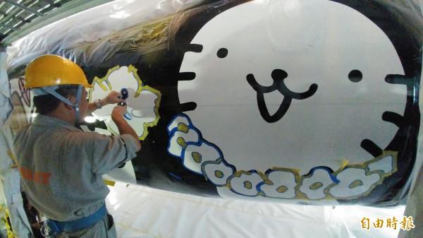 曾經參與長榮波音777星空機塗裝的專業工程師蕭泰龍表示,飛機體積小,在塗裝的精細度要求更高。(記者姚介修攝)
