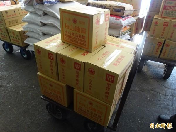 竹市衛生局下架回收台山食品醬園行製售違規產品計1182.4公升。(記者蔡彰盛攝)