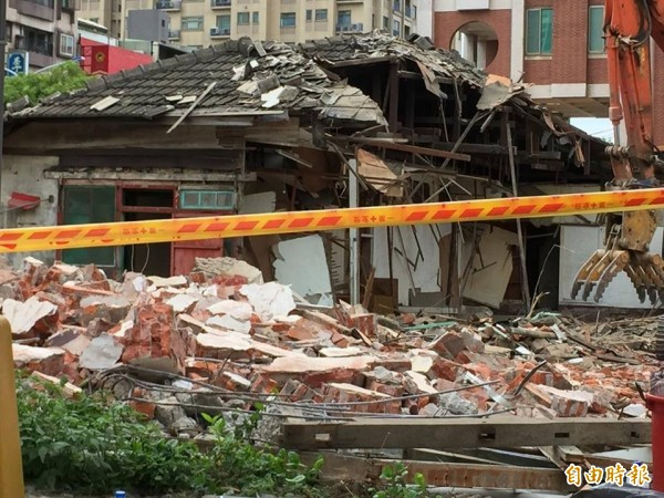新竹市光復路上日治時期的保甲宿舍被怪手拆除。(記者洪美秀攝)