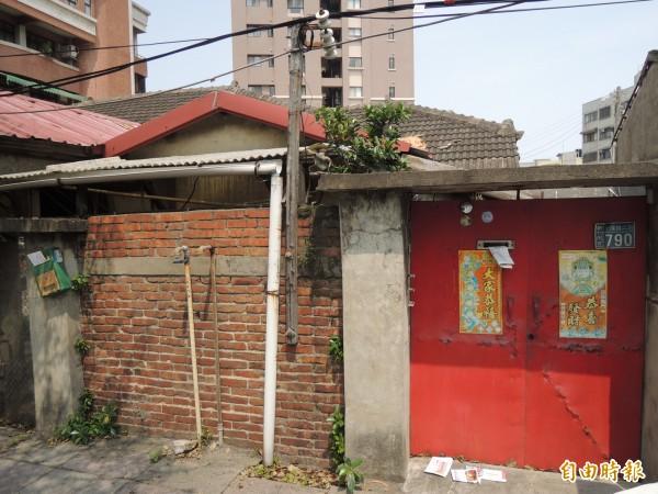 新竹市文化團體要求新竹市文化局說明,光復路上日治時期的保甲宿舍不具文資價值的理由。(記者洪美秀攝)
