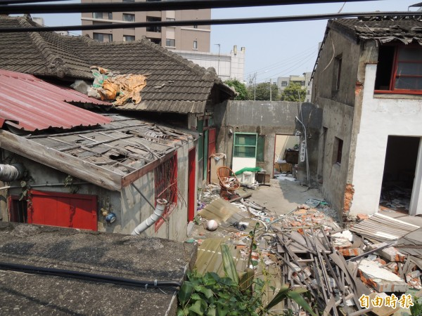 新竹市文化團體譴責新竹縣府及新竹市府,認為縣府是向財團靠攏。(記者洪美秀攝)