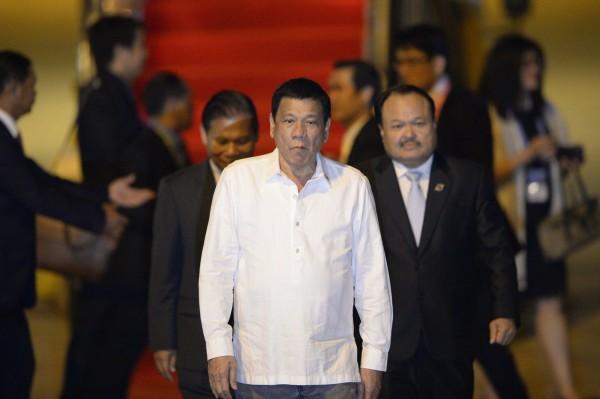 菲律賓總統杜特蒂(Rodrigo Duterte)對媒體嗆聲歐巴馬是「son of a whore」。圖為杜特蒂抵達寮國。(法新社)