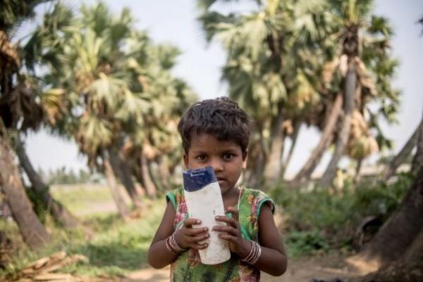 在印度,有個家庭的孩子最喜歡的玩具是「塑膠瓶」。(圖擷取自business insider)