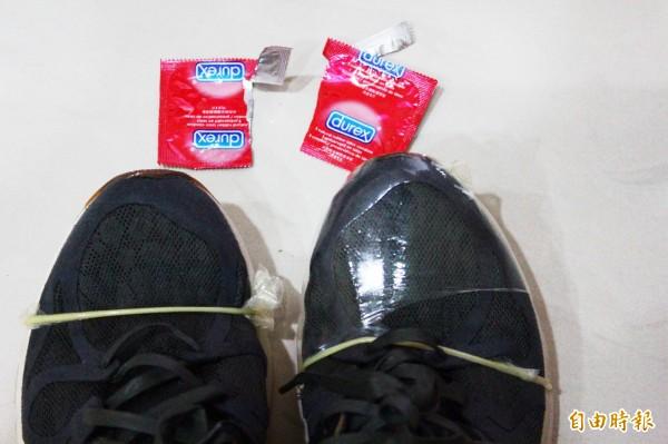 實際測試,兩個保險套套上鞋子就破裂。(記者林宜樟攝)