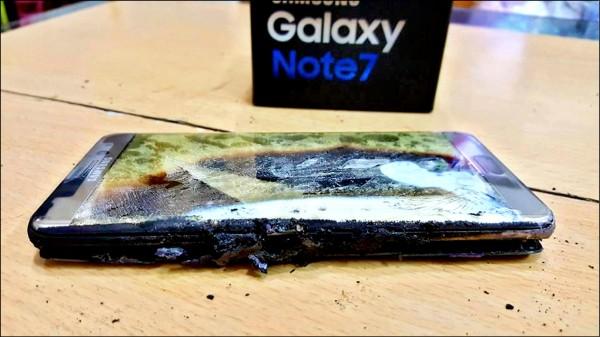 高雄陳姓網友po出Note7手機自燃焦黑照片。(翻攝爆料公社)
