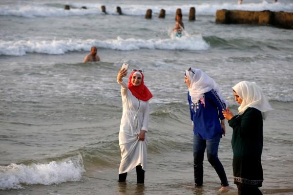 法國2名母親在送小朋友進學校上課時,卻因穿戴穆斯林頭巾遭到其他學童父親阻止她們進入校園內。(示意圖,路透)