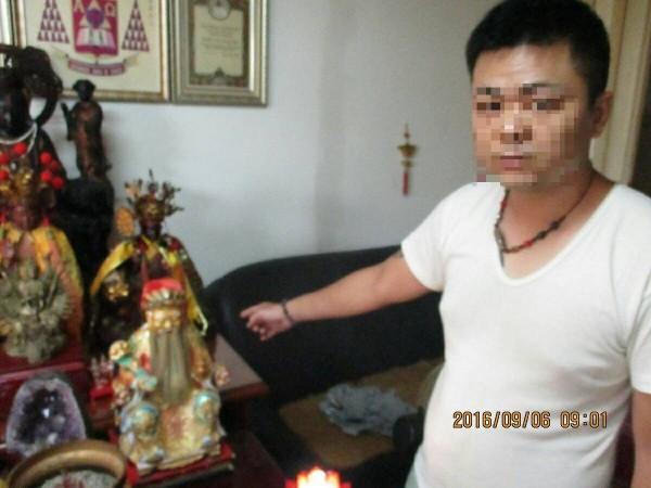 警方到李男家搜所,發現滿屋神佛,並在一樓屋內找到失竊的神像,但蒐證時手機當機,但拍照功能卻不受影響,有警員開玩笑說,可能是神明怕漏氣。(記者王捷翻攝)
