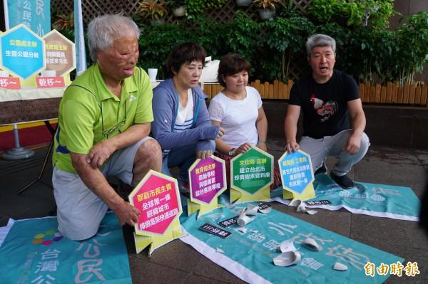 公民參與協會不滿民意不受柯市府正視,怒摔咖啡杯表達「公民咖啡館」意見沒有被落實。(記者張凱翔攝)