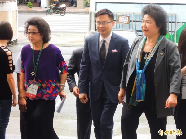 總統府新南向辦公室主任黃志芳(中),今早到高雄參觀越南母語教學。(記者葛祐豪攝)