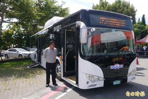 7輛全新的太魯閣客運純電動低底盤巴士,8月30日起搶先在花蓮試營運,民眾可免費搭乘301線「花蓮火車站-東華大學」至9月底。(記者王峻祺攝)