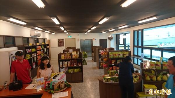 麻豆轉運站二樓設台南農特物產館,讓旅客選購台南特色農產品。(記者楊金城攝)