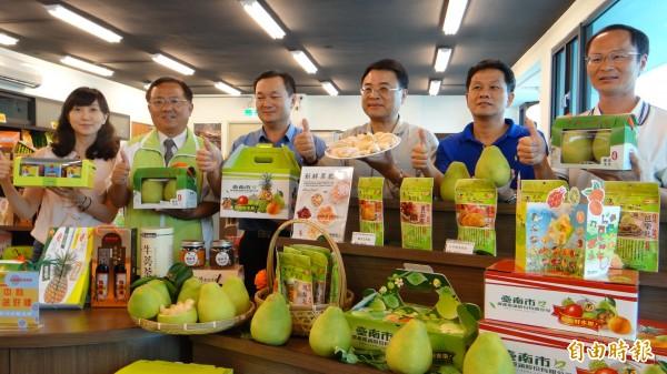 麻豆轉雲站台南農特物產館推麻豆文旦,旅客可預購在候車時取貨再搭車。(記者楊金城攝)