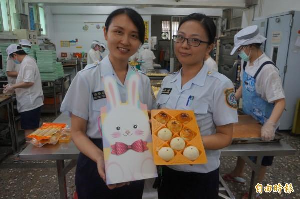 台南看守所製作的中秋月餅,不僅料好實在、價錢公道,連包裝禮盒也走精緻可愛路線。(記者林孟婷攝)