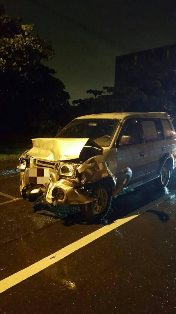 追撞情侶的肇事轎車,損壞相當嚴重。(記者黃良傑翻攝)
