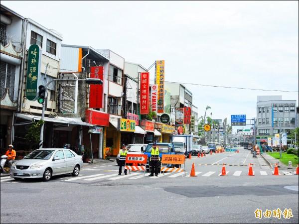 台東市正氣路正進行污水下水道工程,施工需要時就會封閉車道。(記者張存薇攝)